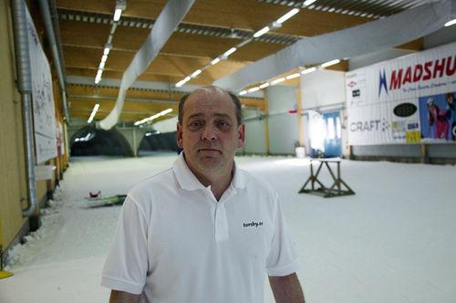 THOMAS STJERNDORFF i Fortum Ski Tunnel har den här veckan sommarskidskolan på besök igen. Foto: KJELL-ERIK KRISTIANSEN