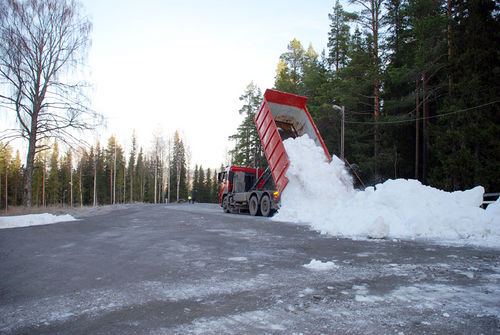 SÅ HÄR SÅG det ut när Östersund lade ut sin sparade snö. Frågan är om man grejar det här kommande höst, det fattas 20.000 kubikmeter. Foto: MICKE ALTHIN, Camp Södergren