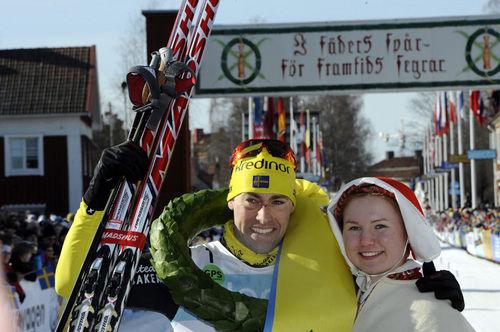 Mora 120304 VasaloppetJšrgen Brink vinnersin tredje raka seger i Vasaloppet och fŒr segerkram av kranskullan Johanna AxelssonFoto Nisse Schmidt