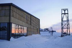 Longyearbyen kulturhus i midnattsol Foto Mari Tefre