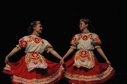 Gjester fra Barentsburg danser under kulturutvekslingen i Longyearbyen.
