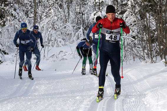 ERIK SIMONSSON, Landön före ett koppel ÖSK-are. Foto: THORD ERIC NILSSON