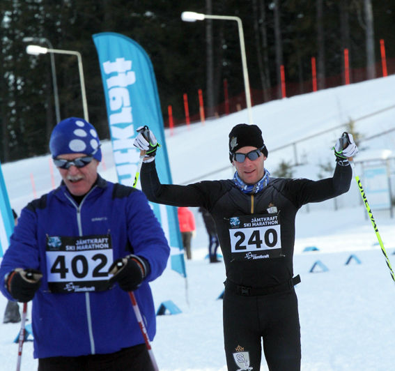 LUGN MÅLGÅNG av maratonsegraren Daniel Richardsson som har milåkande motionären Håkan Broman, IK Jogg, före sig. Foto: THORD ERIC NILSSON