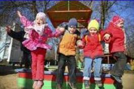 Barn hopper på lekeplass
