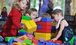 Barn bygger med klosser i barnehage