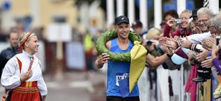 140823 MoraJonas Buud vinner den första UltraVasan och får krans och segerkysss av kranskullan Lisa Englund.Foto Nisse Schmidt