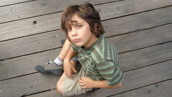 En gutt som ser ut som han lurer på noe