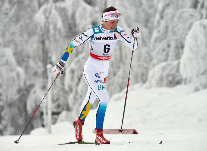 SOFIA HENRIKSSON visade ingen respekt i sin världscupdebut i Kuusamo. Här är 20-åringen från Piteå på väg med en 12:e plats. Foto: NORDIC FOCUS
