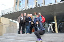 Gjengen foran Stadsbiblioteket