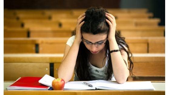 Foto av ung dame som studerer