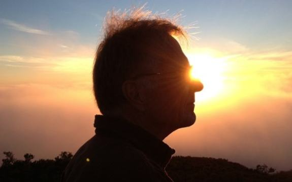 Fotografi av en mann i siluett med solen bak
