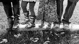 Sort hvitt fotografi av foreldre med barna mellom seg