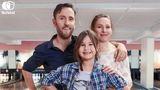 Fotografi av smilende familie, to voksne og ei jente