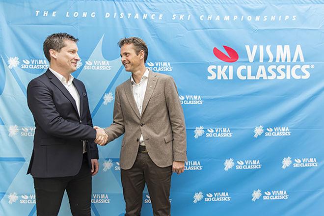 DAVID NILSSON från Ski Classics (tv) och direktör Eivind Gundersen från Visma fortsätter samarbetet och utökar prissumman för den 8:e säsongen av tävlingsserien. Foto: SKI CLASSICS