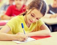 Jente sitter med skoleprøve
