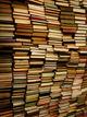 Bildet viser en stabel med bøker