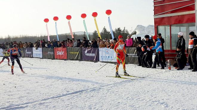 SÅ HÄR NÄRA var Julia Jansson i masstarten över den udda distansen 3,7 km i XiWuQi i Inre Mongoliet. Men hon fick stryk av Li Xin. Foto: NORDIC FOCUS