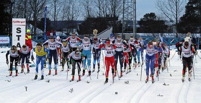 HÄR GÅR starten i D19-20 i helgens masstart i Scandic Cup i Östersund. Ledarinnan Moa Lundgren med gult startnummer. Foto: THORD ERIC NILSSON
