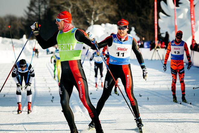 JENS ERIKSSON (nr.11) spurtar in som tvåa i det kinesiska Vasaloppet efter Team Santander-kollegan Andreas Nygaard (grön tröja). Foto: MAGNUS ÖSTH