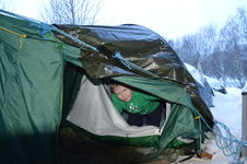Konrad ligger i telt_hovedbilde