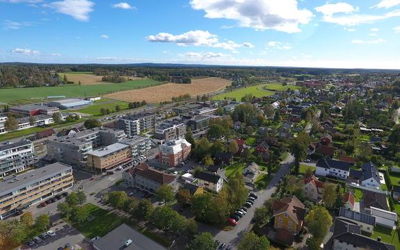 Dronefoto av rådhuset med områder rundt