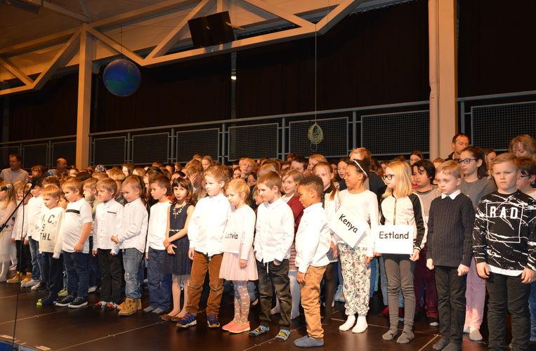 Innflytterdagen_unger på scenen