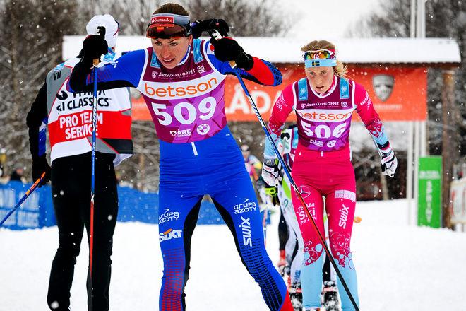 """EMILIA LINDSTEDT (bakom) jagar Justyna Kowalczyk i årets Årefjällslopp. Emilia åker för Team SkiProAm, det enda rena damlaget i Visma Ski Classics, men i """"vanliga"""" tävlingar är Falun-Borlänge SK klubbadressen. Foto: MAGNUS ÖSTH"""