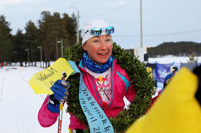 NINA LINTZÉN efter segern i damklassen i Red Bull Nordenskiöldsloppet - världens längsta längdtävling över en dag med 220 kilometer. Foto/rights: MARCELA HAVLOVA/sweski.com