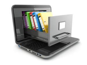 bilde av en laptop med ei arkivskuff på tastaturet