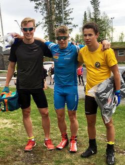 SAMMA TRE JUNIORER på pallen båda dagarna i Östersund. Eric Rosjö, Hallby (mitten) vann båda loppen, medan Gabriel Strid, Sunne (tv) och Leo Johansson, Skillingaryd blev både tvåa och trea.