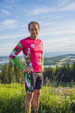 ANTON KARLSSON i Sockertoppen IF:s kläder, han kommer nu att hjälpa Robin Bryntesson som kämpar för att göra tillvaron lättare för barn med diabetes. Foto: SOCKERTOPPEN IF