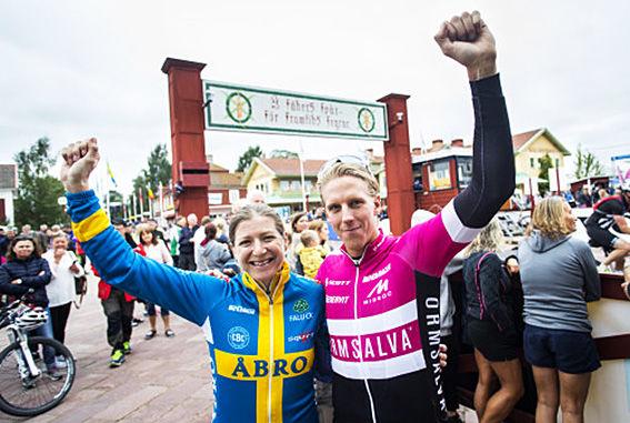 JENNIE STENGERHAG och Jonas Ahlstrand vann Cykelvasan under lördagen. Det blev tufft både i dam- och herrklassen. Foto: VASALOPPET