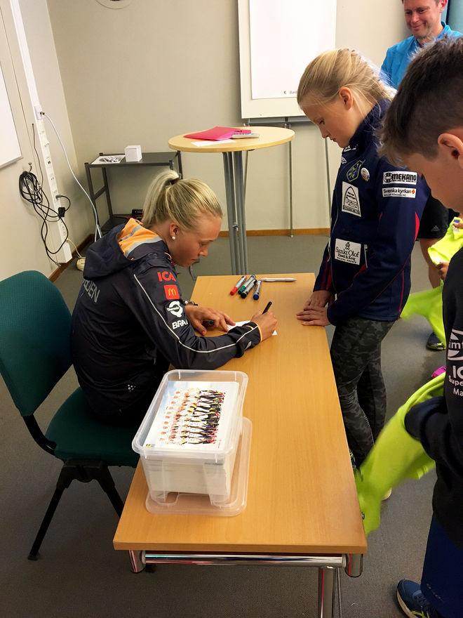 JONNA SUNDLING skriver autografer till deltagarna på skidförbundets ungdomsläger i Lycksele.