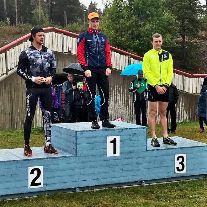 JENS BURMAN, Åsarna på toppen av pallen vid terräng-DM på hemmaplan i Åsarna. Bara skidåkare på pallen med Oskar Kardin som tvåa och Marcus Ruus som trea.