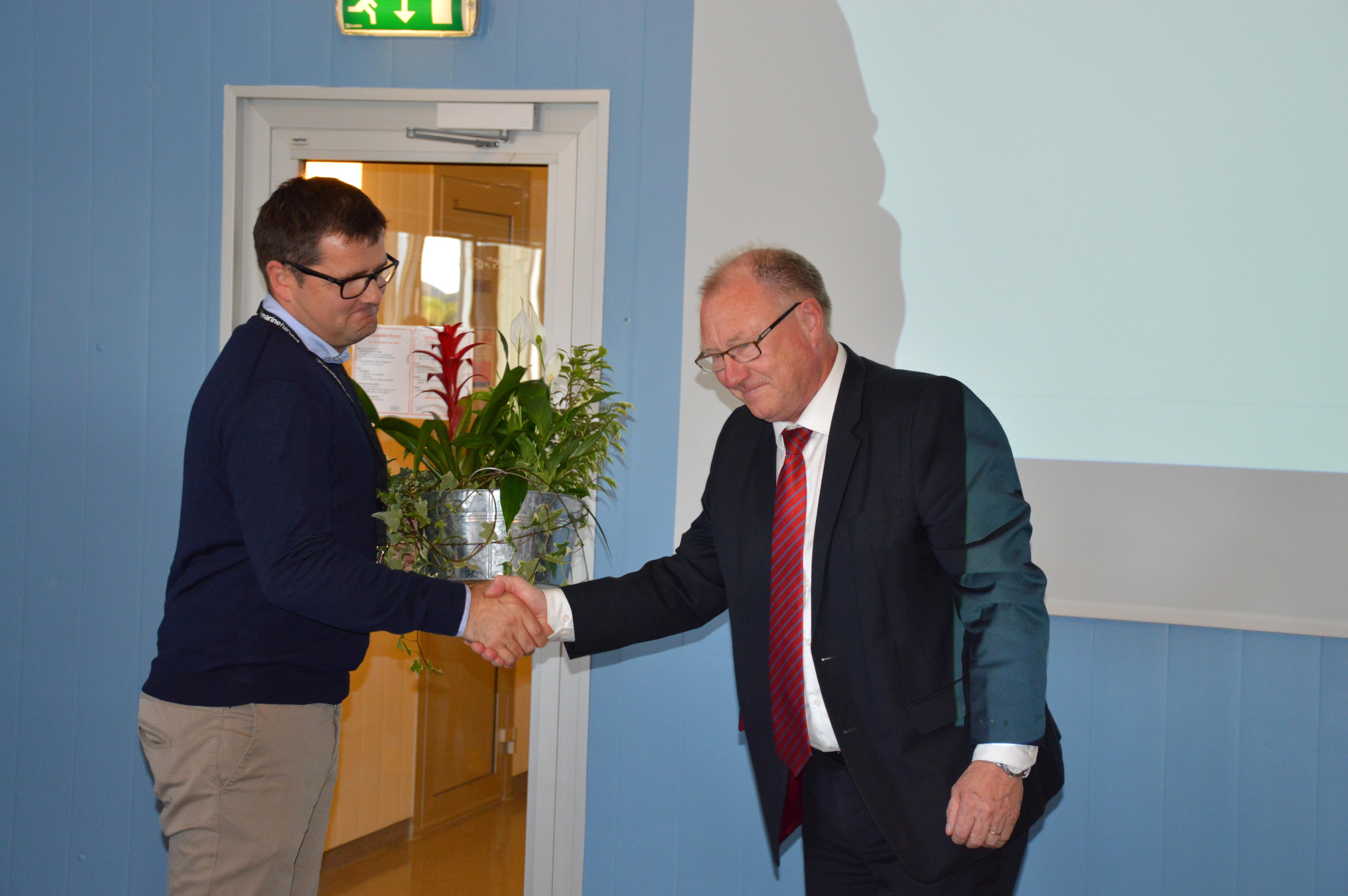 Åtte år uten fraværsskader ved Marine Harvest_ordfører gir blomster