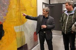 Alf ser på Inger Sitter-maleriet