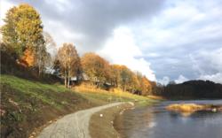 Stien ligger idyllisk til ved Numedalslågen og er blitt et populært turområde for kommunens innbyggere. Bildet viser deler av stien kort tid før ferdigstillelse. Foto: Jørgen Roberg