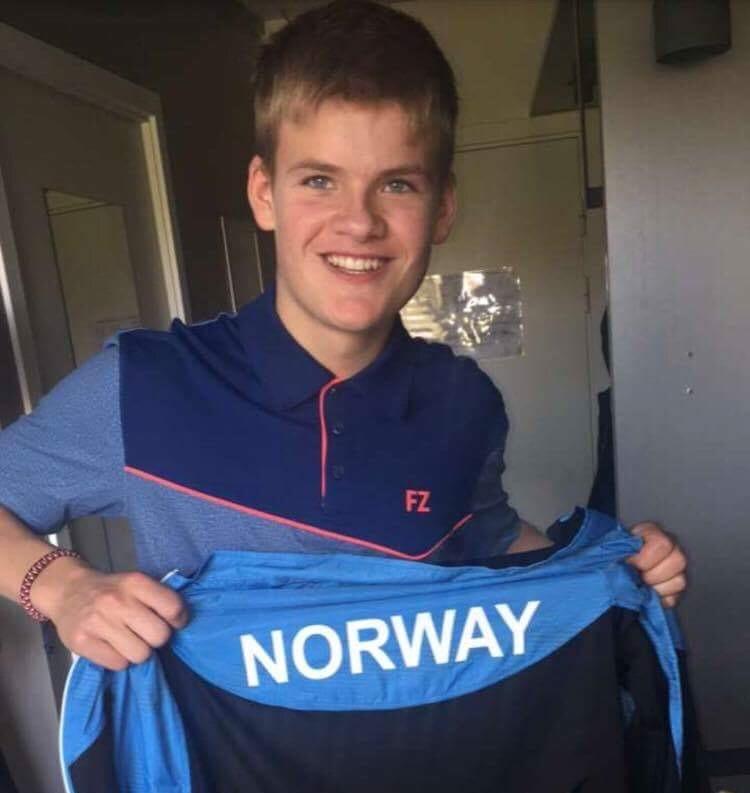 Elias Lenning i Danmark_med landslagsskjorte_kuttet