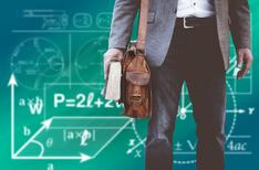 Lærer foran tavle