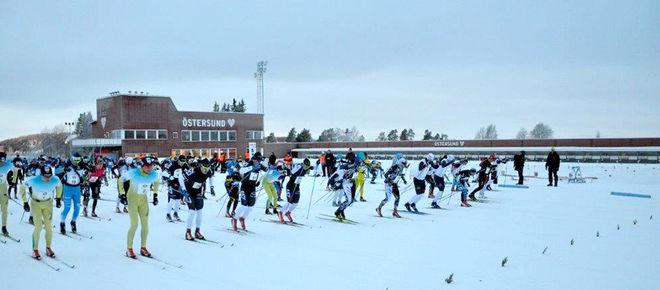 DET BLEV en lyckad premiär på långloppet Östersund Classic under söndagen. Här sticker det stora startfältet iväg från skidstadion. Alla foton: ARRANGÖREN