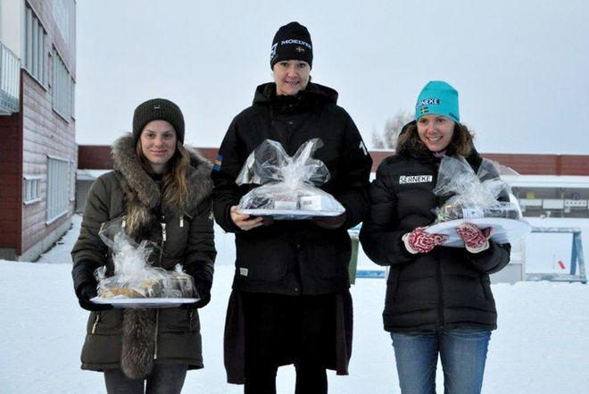 FAVORITSEGER till Britta Johansson Norgren i damernas 40 km. Till vänster tvåan Lina Korsgren och till höger trean Sara Lindborg.