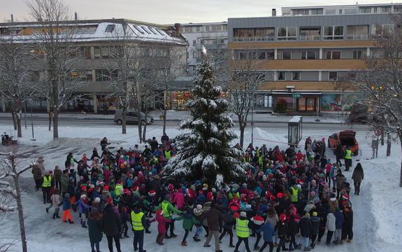 Rustad skole går rundt juletreet utenfor Ås rådhus