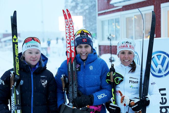 JONNA SUNDLING (tv) och Charlotte Kalla (th) var tvåa respektive trea i Scan-cupen i Piteå. Vann gjorde norskan Lotta Udnes Weng (mitten). Foto/rights: KJELL-ERIK KRISTIANSEN/KEK-stock