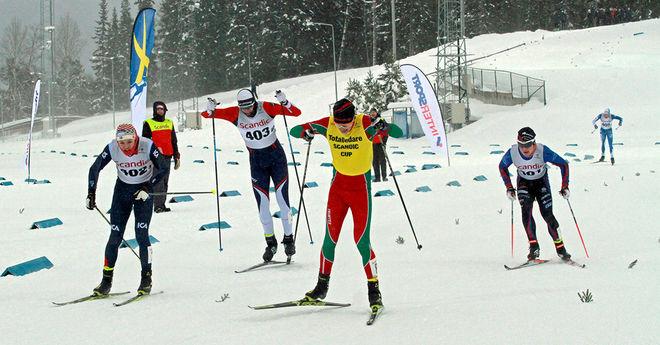 HÄR AVGÖR Pål Jonsson finalen i Scandic Cup-sprinten och vinner sin tredje raka seger i cupen. Tvåan Ossian Rosenberg till vänster. Foto: THORD ERIC NILSSON