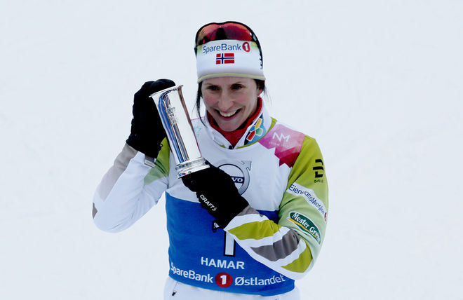 MARIT BJØRGEN jublar med den attråvärda kungapokalen som varje år delas ut på en distans i norska mästerskapen. I år var det på sprinten, en distans som Bjørgen nog inte räknade med att vinna. Foto/rights: KJELL-ERIK KRISTIANSEN/KEK-stock