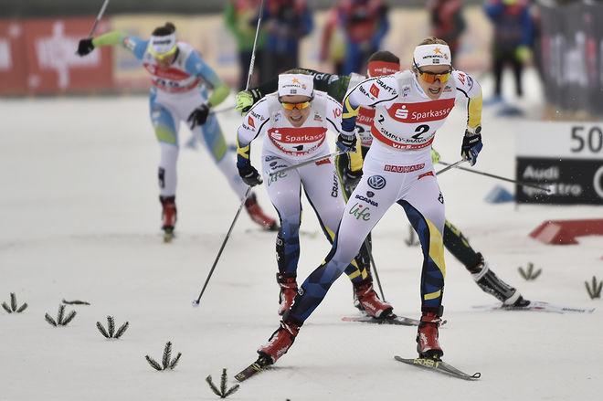 STINA NILSSON och Hanna Falk var tvåa och etta i prologen i Dresden. Båda gick till finalen. Där föll Stina, men Hanna vann. Nu är dom storfavoriter i söndagens teamsprint i världscupen. Foto: NORDIC FOCUS