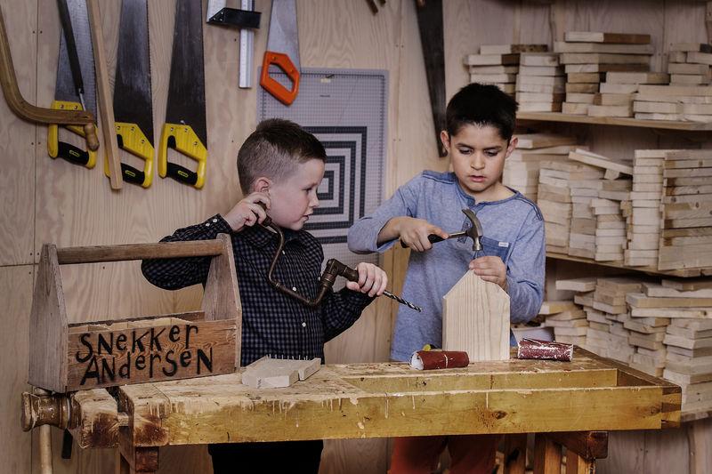 Barn på Snekker Andersens verksted