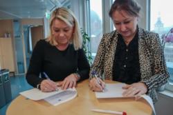 Kommunal- og moderniseringsminister Monica Mæland og styreleder Gunn Marit Helgesen i KS signerte nylig en samarbeidsavtale om utvikling av Digihjelpen. Foto: KMD