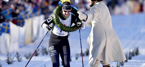 Oxberg-Mora 170225TjejVasaBritta Johansson-Norgren får kransen av Linus Rapp Foto Nisse Schmidt