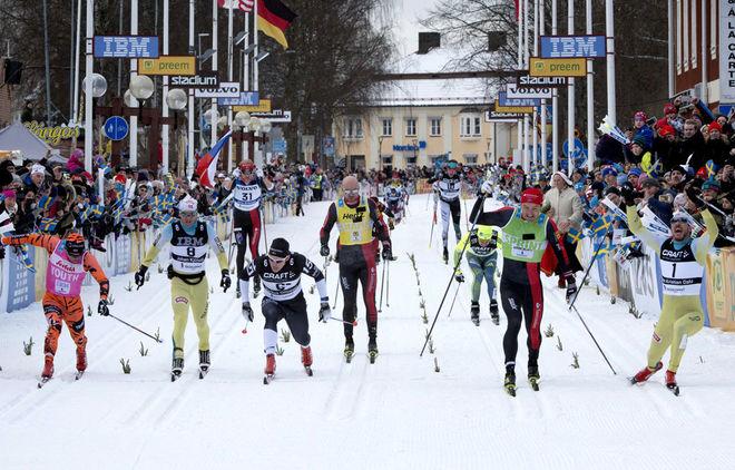 SÅ JÄMNT VAR DET över mållinjen förra året. Från vänster: Stian Hoelgaard (3:a), Johan Kjølstad (5:a), Marcus Ottosson (4:a), Tord Asle Gjerdalen (6:a), Andreas Nygaard (2:a) och helt till höger segraren John Kristian Dahl som dök upp som gubben ur lådan. Foto: NISSE SCHMIDT/Vasaloppet